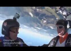 Enlace a Un paracaidista se despista y abre su paracaídas a pocos metros de una montaña