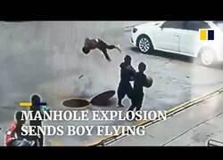 Enlace a Un niño vuela por los aires tras la explosión de un petardo en una alcantarilla
