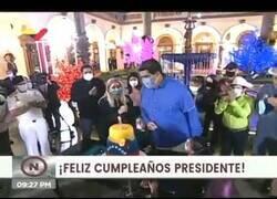 Enlace a Nicolás Maduro intenta soplar las velas de su cumpleaños con la mascarilla puesta