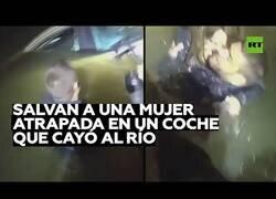 Enlace a Rescatan a una mujer que cayó al río con su coche