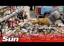 Enlace a Una mujer rompe cientos de botellas de alcohol en un supermercado