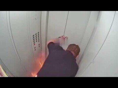 Nunca fumes con un vaso de etanol en un ascensor