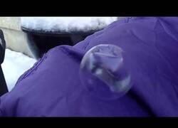 Enlace a Tanto frío que se congelan las burbujas