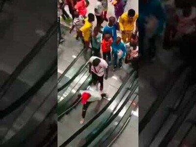 Cameruneses prueban la escalera mecánica por primera vez en la apertura de un centro comercial