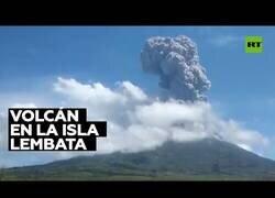 Enlace a El volcán Lewotolo de Indonesia entrando en erupción