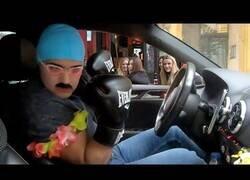 Enlace a Poniendo canciones extrañas en el coche a todo volumen