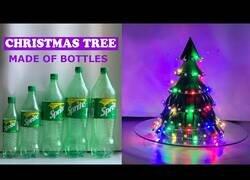 Enlace a Cómo crear un árbol de navidad con botellas de plástico
