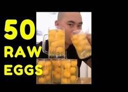 Enlace a Un hombre se bebe 50 yemas de huevo en 15 segundos