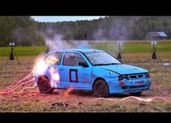 Enlace a Un coche vs. 70 detonadores