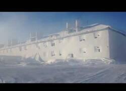 Enlace a Ciudad rusa queda completamente cubierta por la nieve