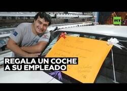 Enlace a Le regala un coche a su empleado por su compromiso