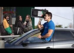 Enlace a Hablando fuerte con un teléfono gigante en el coche
