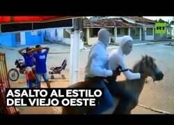 Enlace a Asaltan una tienda en Brasil montados a caballo
