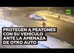 Enlace a Un coche de policía evita que dos peatones sean atropellados