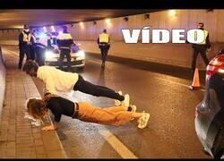 Enlace a Una pareja se pone a hacer ejercicio en medio de un control policial para bajar el alcohol ingerido