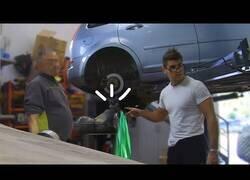 Enlace a Llena el depósito del coche con detergente y lo lleva al mecánico