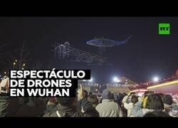 Enlace a Increíble espectáculo de luces con drones en las calles de Wuhan