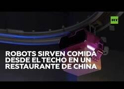 Enlace a Un restaurante chino sirve comida a sus clientes desde el techo