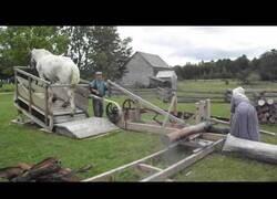Enlace a Antiguo mecanismo para cortar troncos que utiliza la tracción de caballo
