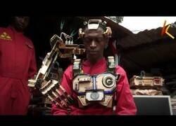 Enlace a Un ingeniero keniata crea una brazo robótico controlable con la mente