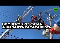 Enlace a Rescatan a un Santa Claus que había quedado enredado en un poste de electricidad