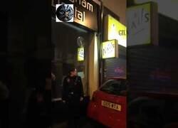 Enlace a Espectacular llegada de este policía haciendo un trompo