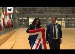 Enlace a Así fue la histórica retirada de la bandera británica de la sede de la Unión Europea