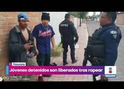 Enlace a Jóvenes se libran de ser detenidos rapeando