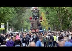 Enlace a Las increíbles marionetas gigantes que tradicionalmente paseaban por las calles de Liverpool