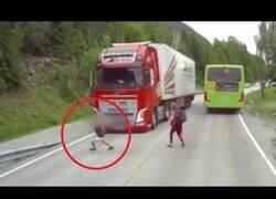 Enlace a A pocos milímetros de ser aplastado por un camión
