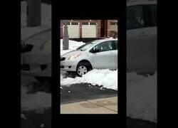 Enlace a Un hombre intenta entrar en una casa y su coche queda atrapado en la nieve al intentar huir