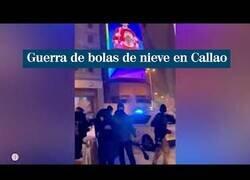 Enlace a Batalla campal de nieve en Madrid acaba con la policía huyendo de los bolazos
