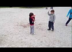 Enlace a Tan solo dos niños italianos discutiendo