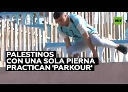 Enlace a Palestinos con una sola pierna practican 'parkour'