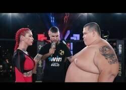 Enlace a La pelea entre una luchadora profesional de MMA y un luchador de sumo 4 veces más pesado que ella
