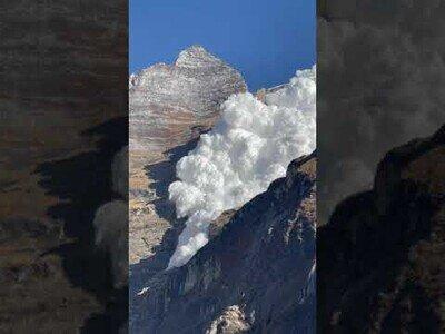 Impactante avalancha de nieve en una montaña del Nepal