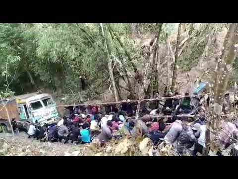 Cientos de personas suman fuerzas para arrastrar un camión montaña arriba