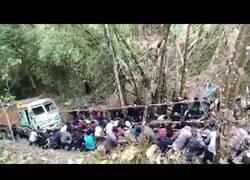 Enlace a Cientos de personas suman fuerzas para arrastrar un camión montaña arriba