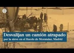 Enlace a Una multitud desvalija un camión atrapado por la nieve en Madrid