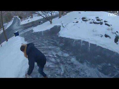 Cuando intentas quitar la nieve de tu casa con sal y la nieve te acaba echando de tu casa