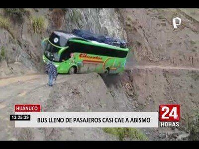 Un bus casi cae al abismo tras pasar por una carretera peruana en pésimo estado