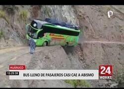 Enlace a Un bus casi cae al abismo tras pasar por una carretera peruana en pésimo estado