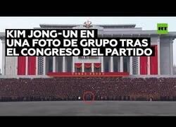Enlace a Kim Jong-Un participa en una foto de grupo masiva