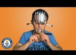 Enlace a El hombre que más cucharas sostiene sobre su cara