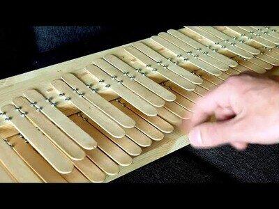Construyendo un piano con palos de helado