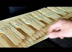 Enlace a Construyendo un piano con palos de helado