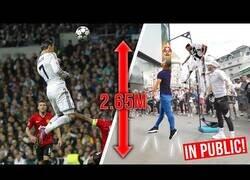 Enlace a Retando a la gente a saltar tan alto como Cristiano Ronaldo