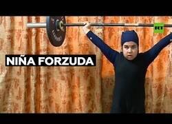 Enlace a Niña de diez años sorprende por su fuerza para levantar pesas