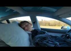 Enlace a Un conductor se duerme mientras su Tesla se maneja solo