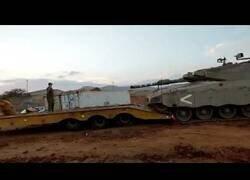 Enlace a Nadie dijo que subir un tanque a un camión de transporte fuera fácil